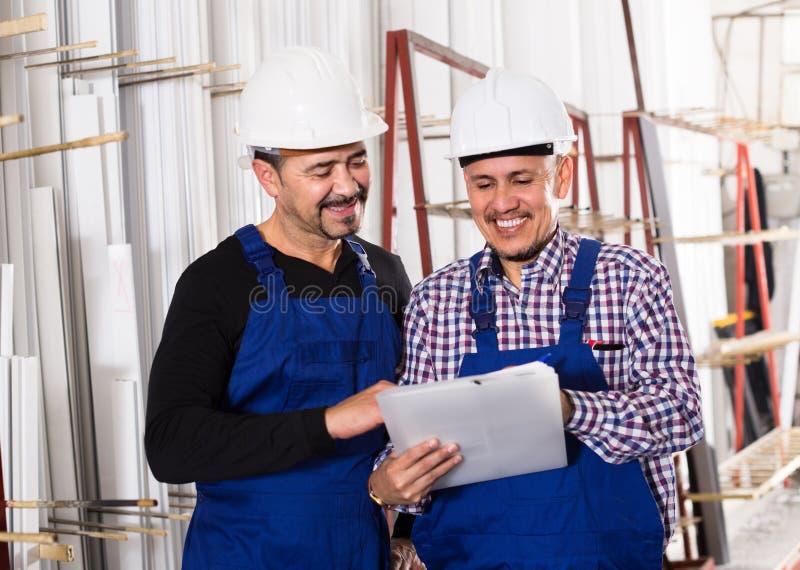 Controlemechanisme die contract aanbieden aan werknemer stock foto's