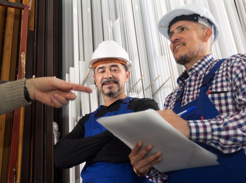 Controlemechanisme die contract aanbieden aan werknemer bij bij moderne fabriek stock foto's
