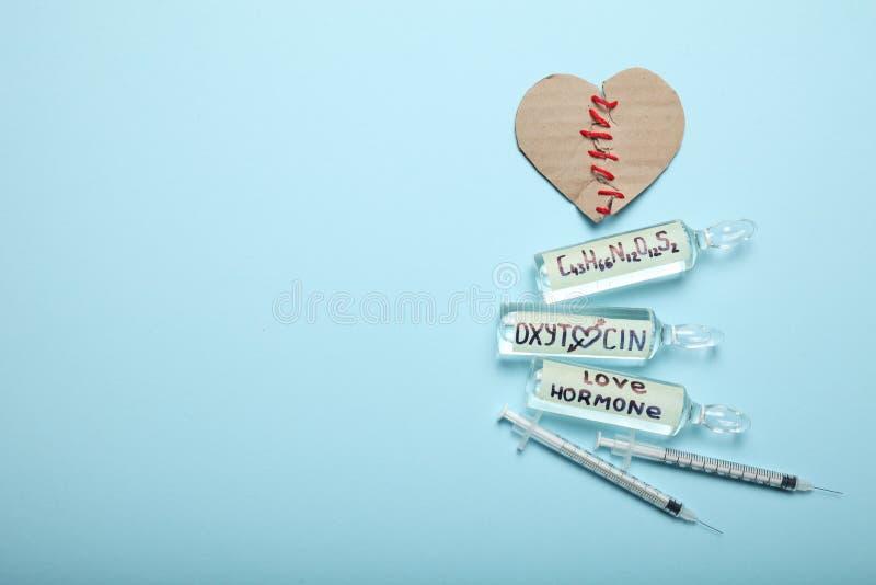 Controleoxytocin hormoon in lichaam Liefdechemie Gebroken Hart Exemplaarruimte voor tekst stock afbeeldingen