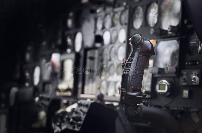 Controler des alten Hubschraubers im dunklen Licht stockfotografie
