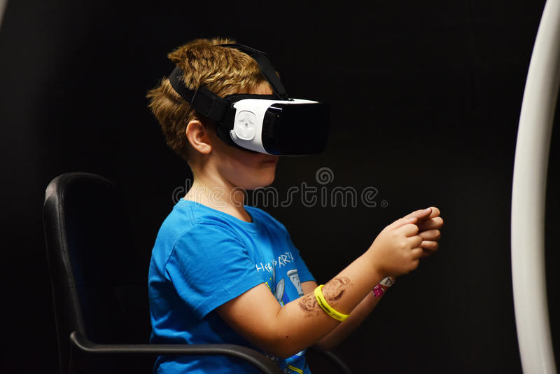 Controles de las auriculares y de la mano del engranaje VR de Samsung de la realidad virtual fotos de archivo
