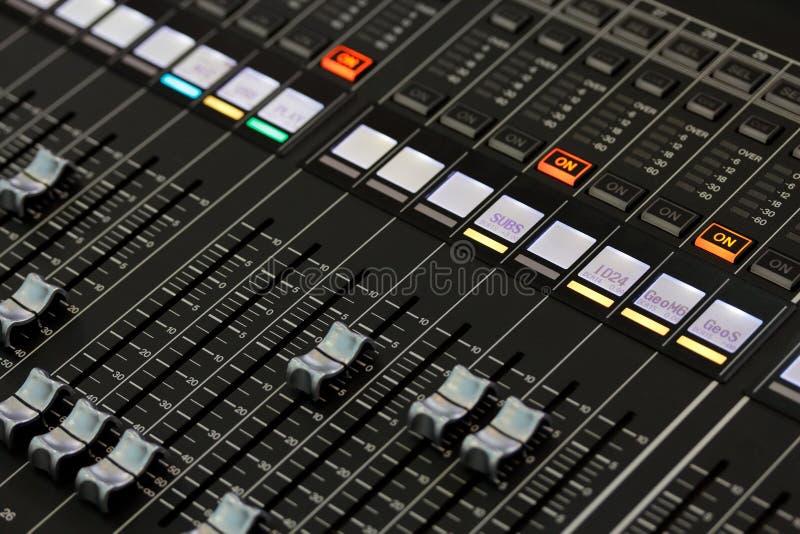 Controles de um console de mistura do som digital fotos de stock royalty free