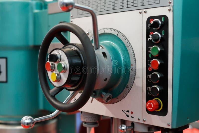 Controles de uma máquina da perfuração e de trituração fotografia de stock