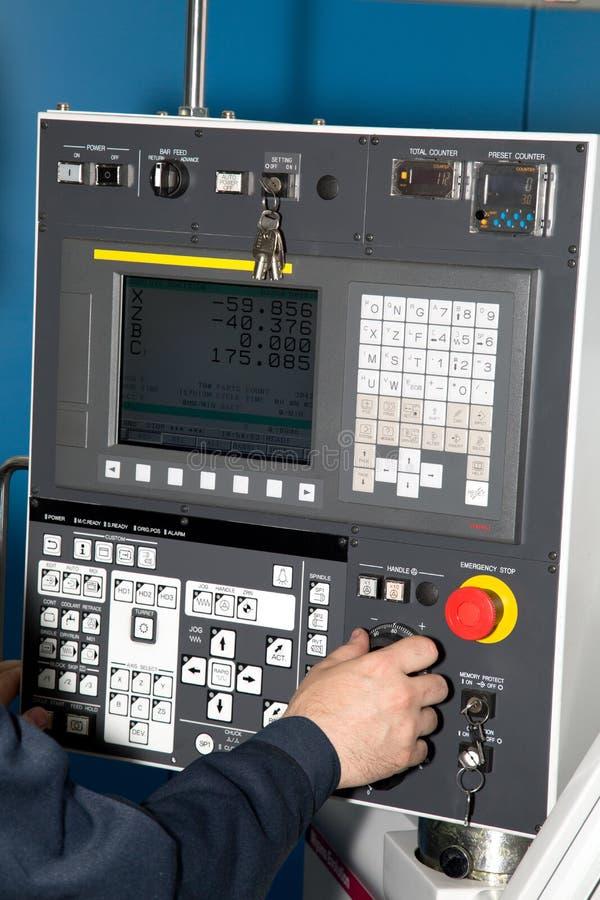 Controles do homem de um CNC da máquina fotografia de stock royalty free