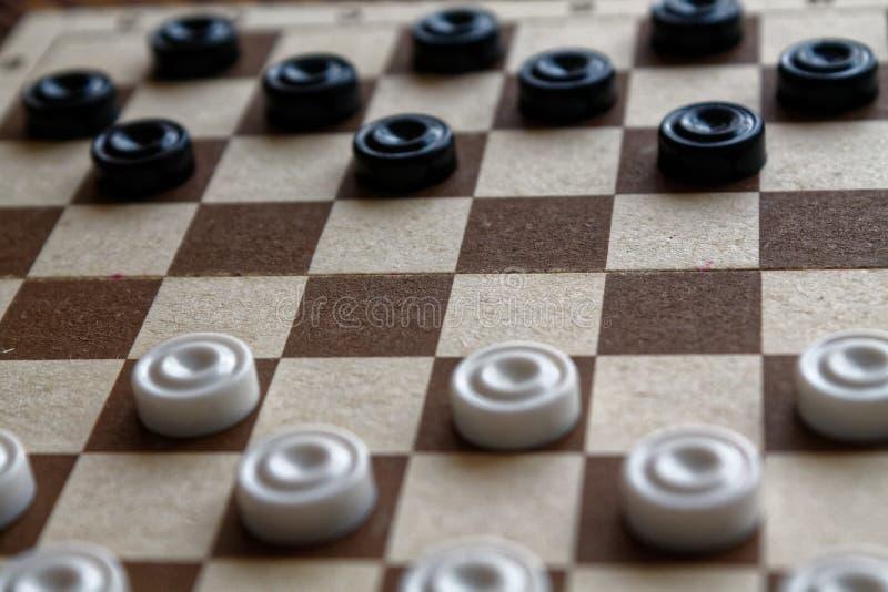 Controleurs in schaakbord klaar voor het spelen Het concept van het spel Een oud spel hobby controleurs op het speelgebied voor e stock foto