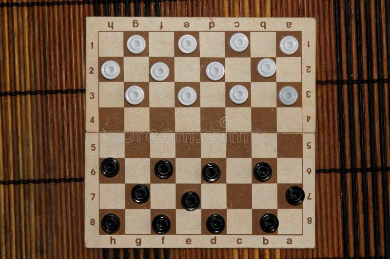 Controleurs in schaakbord klaar voor het spelen Het concept van het spel Een oud spel hobby controleurs op het speelgebied voor e royalty-vrije stock fotografie