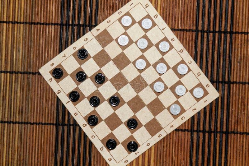 Controleurs in schaakbord klaar voor het spelen Het concept van het spel Een oud spel hobby controleurs op het speelgebied voor e royalty-vrije stock foto