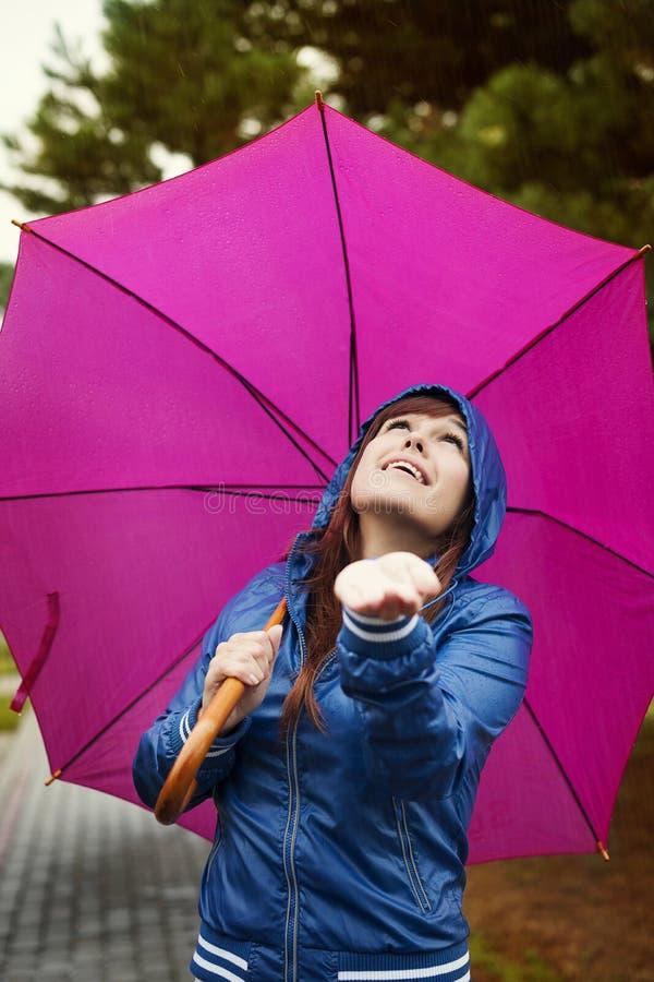 Controllando per vedere se c'è la pioggia fotografia stock