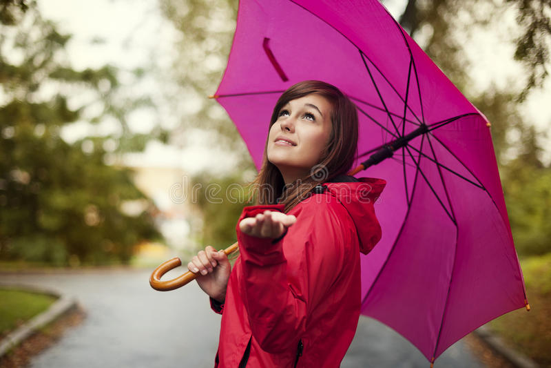 Controllando per vedere se c'è la pioggia fotografia stock libera da diritti