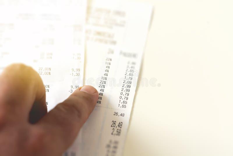 controllando una ricevuta analizzando i numeri, le spese ed i profitti fotografia stock libera da diritti