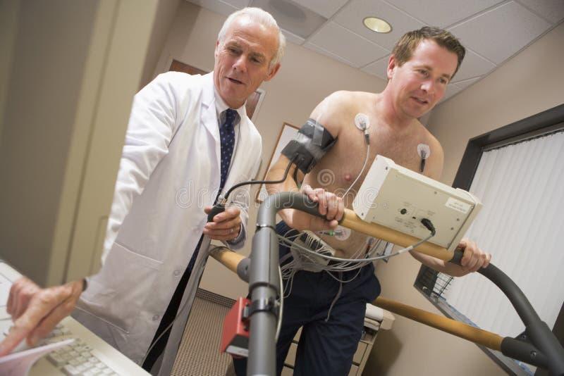 controlli il medico che dà il paziente di salute immagini stock