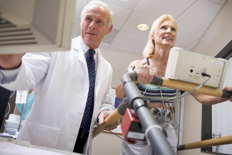 controlli il paziente di salute del medico immagine stock
