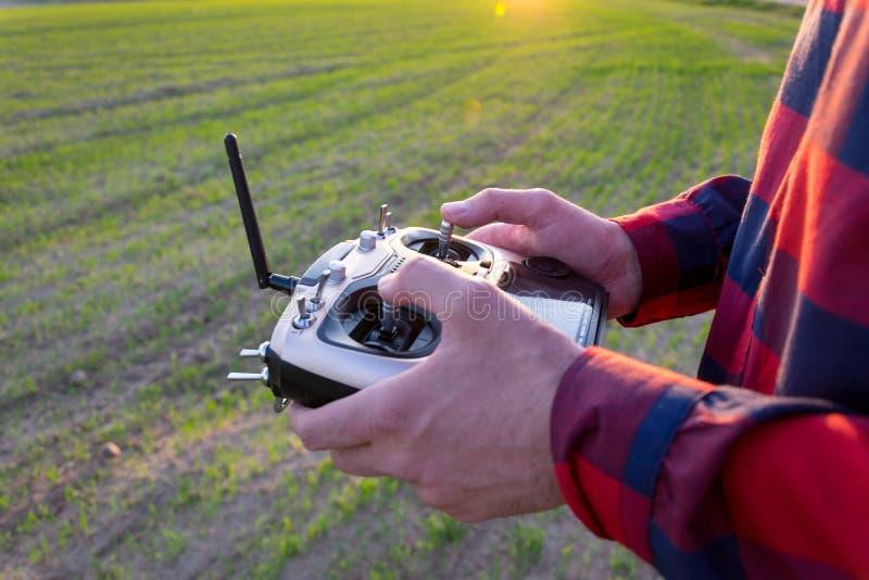 Controlli il quadcopter fotografia stock libera da diritti