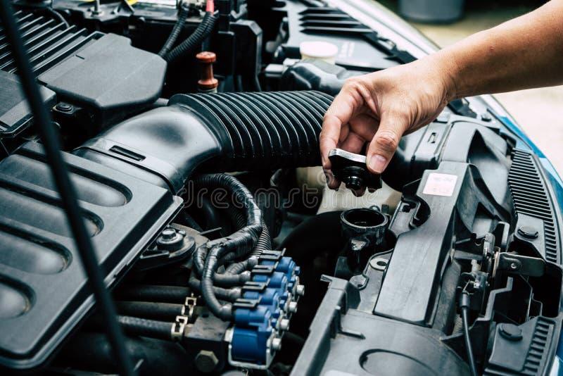 Controlli il radiatore dell'automobile, controlli l'automobile voi stessi immagine stock