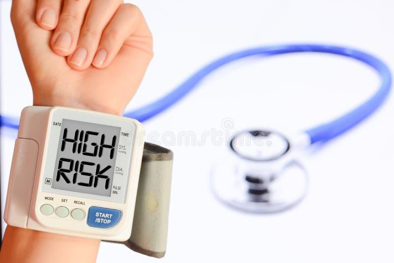 Controlli la vostri pressione sanguigna ed impulso impedire i problemi del cuore fotografia stock