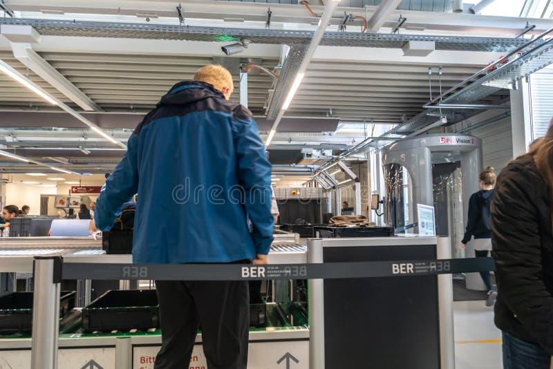 Controllo dei bagagli al terminale di aeroporto immagini stock