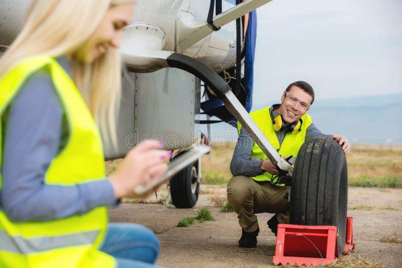 Controllo del aircraft& x27; gomma di s fotografie stock libere da diritti
