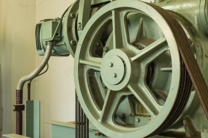 Controllo del cavo di manutenzione del pozzo dell'ascensore fotografia stock