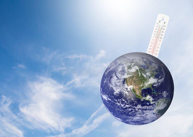 controllo del termometro il earth& x27; temperatura di s con impatto di globale fotografie stock