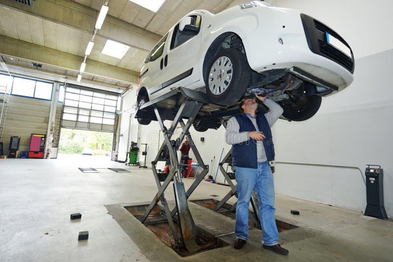Controllo dell'automobile dell'automobile fotografia stock