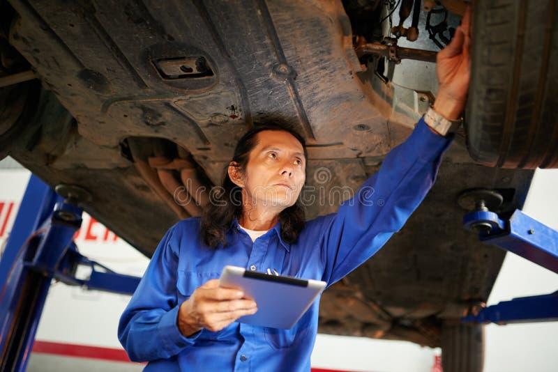 Controllo dell'automobile sollevata immagine stock