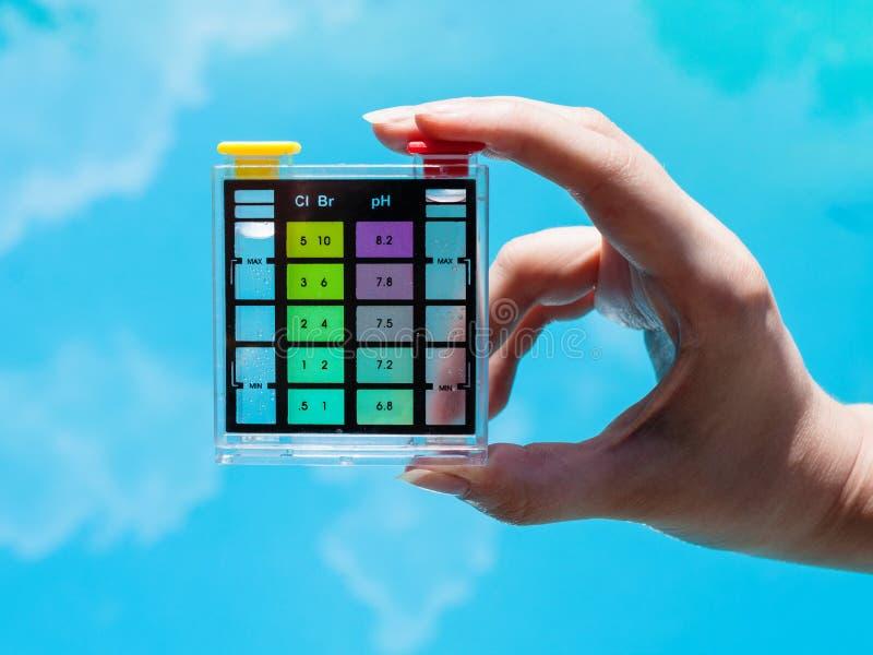 Controllo dell'inquinamento del cloro in acqua blu dello stagno immagine stock libera da diritti