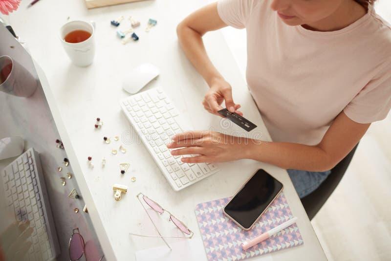 Controllo dell'ordine prima del pagamento online immagini stock
