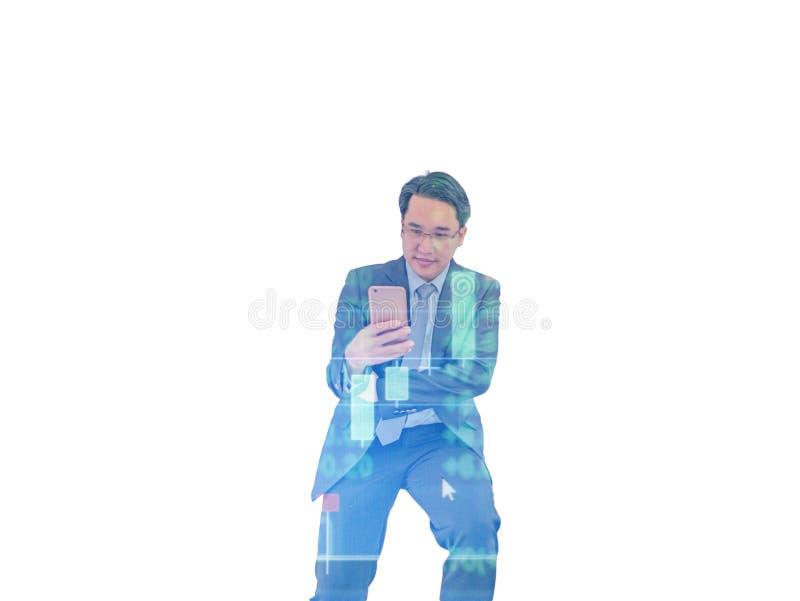 Controllo dell'uomo di affari il suo telefono cellulare su fondo isolato fotografie stock
