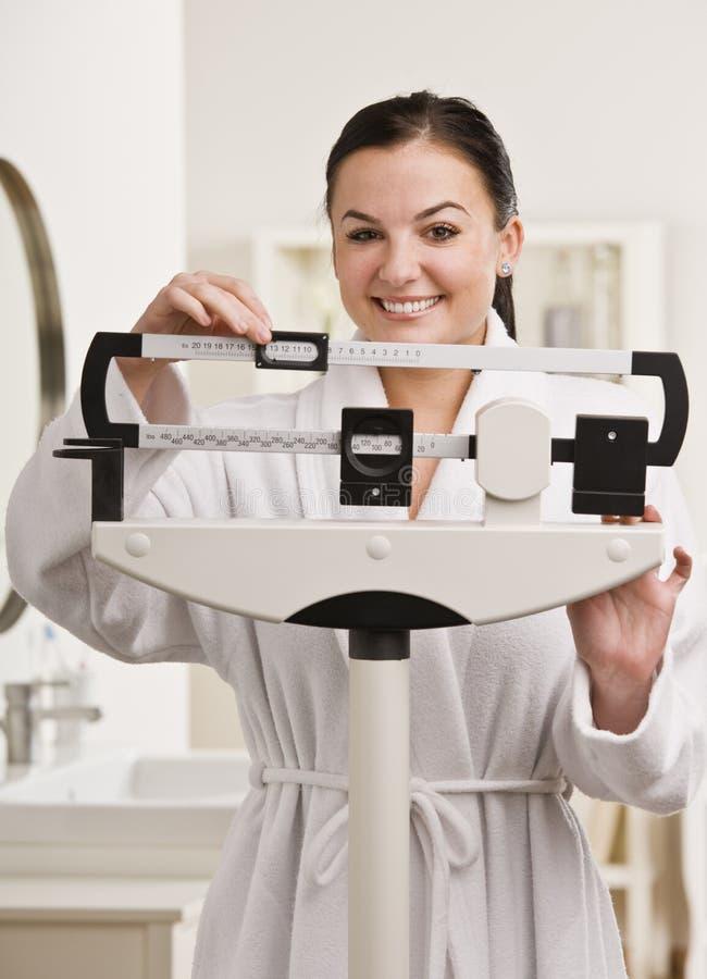controllo della donna del peso fotografia stock libera da diritti