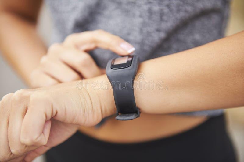 Controllo della donna quante calorie ha bruciato fotografia stock libera da diritti