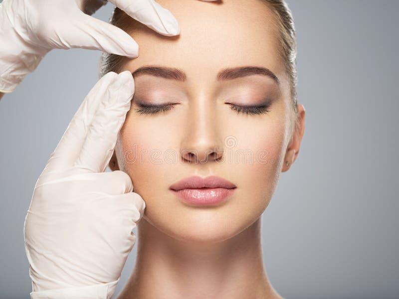 controllo della pelle prima di chirurgia plastica fotografia stock libera da diritti