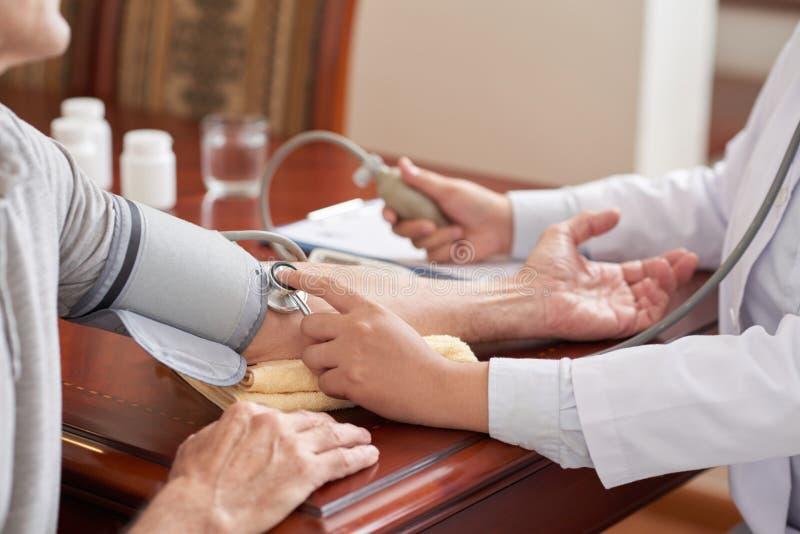 Controllo della pressione sanguigna fotografie stock