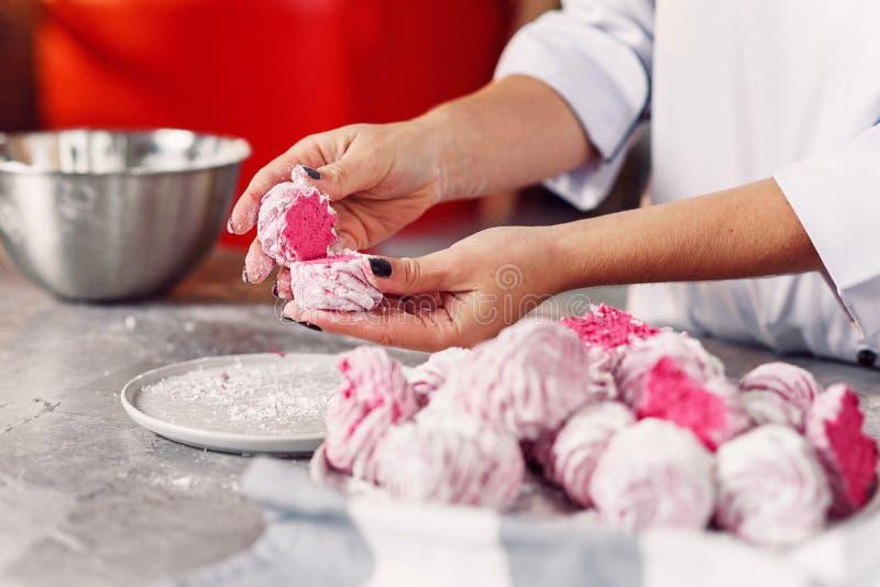 Controllo della qualità della caramella gommosa e molle casalinga immagini stock libere da diritti