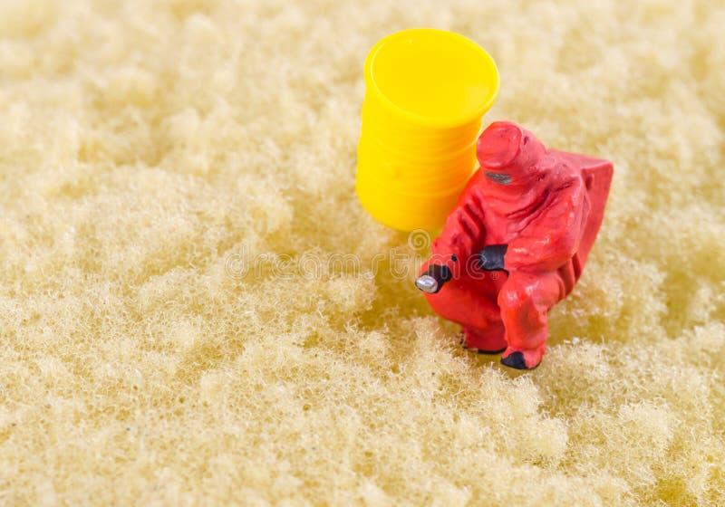 Controllo dello scienziato batterico sul cuscinetto di pulizia immagini stock libere da diritti
