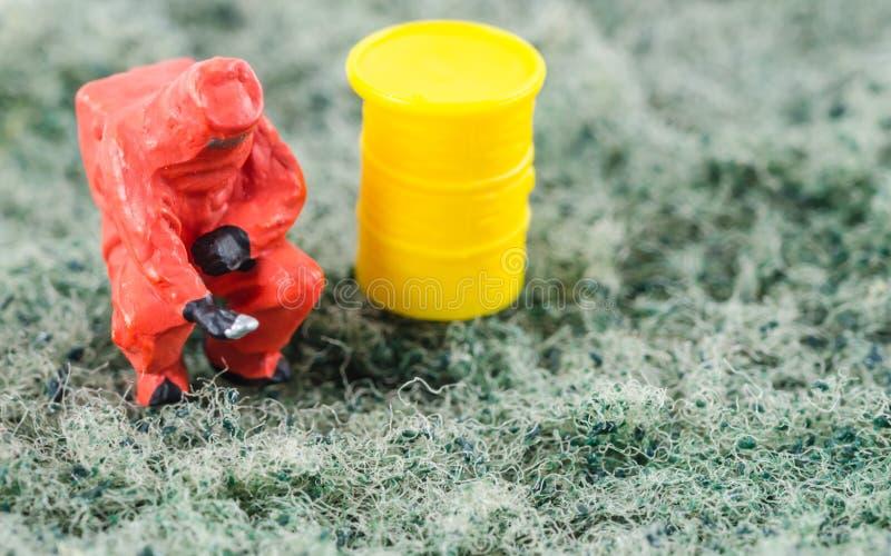 Controllo dello scienziato batterico sul cuscinetto di pulizia fotografia stock libera da diritti