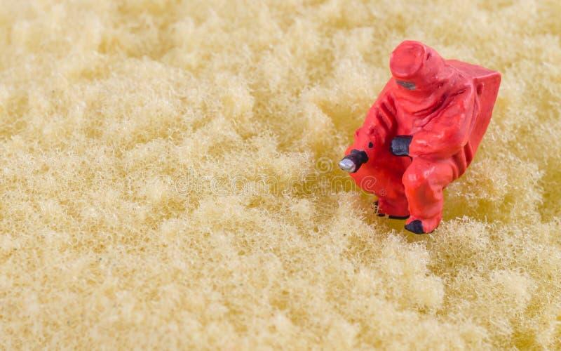 Controllo dello scienziato batterico sul cuscinetto di pulizia immagine stock libera da diritti