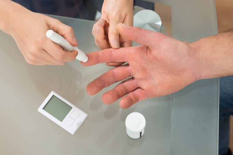 Download Controllo Di Medico Il Livello Della Glicemia Immagine Stock - Immagine di ipertensione, diagnostico: 55350927