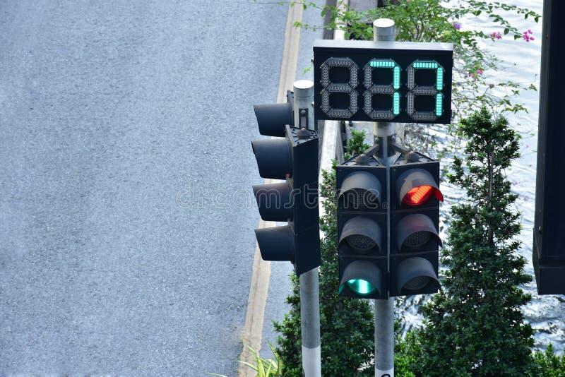 Controllo di semaforo l'automobile sulla strada in asiatico fotografia stock