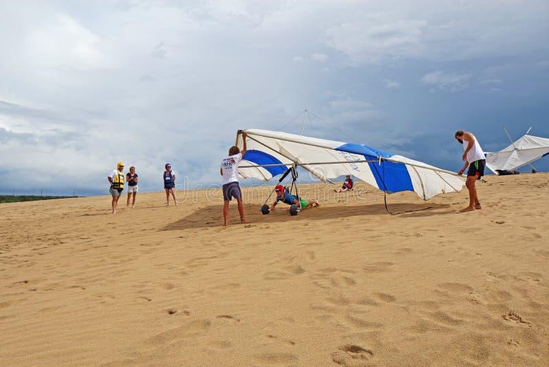 Controllo di volo del deltaplano sulle dune di sabbia in Nord Carolina fotografia stock libera da diritti