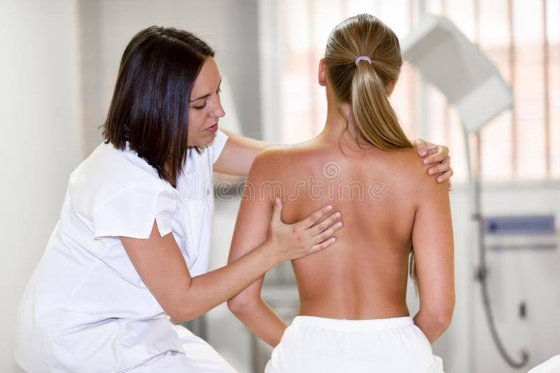 Controllo medico alla spalla in un centro di fisioterapia immagini stock