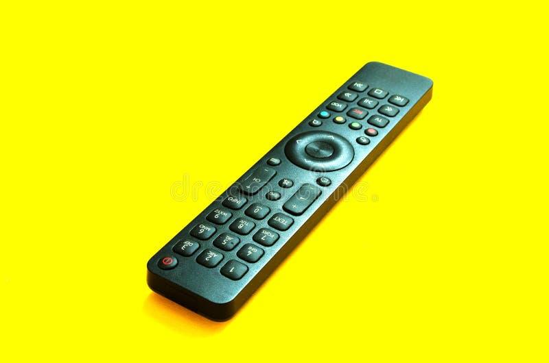 Controllo remoto TV su sfondo giallo Il concetto di televisione, film, programmi televisivi, sport Rilassati a casa fotografia stock libera da diritti