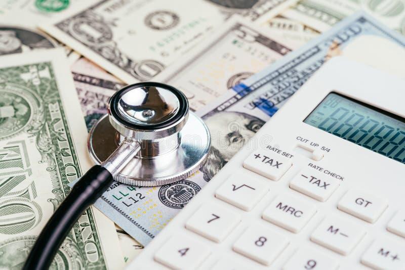 Controllo sanitario finanziario, tassa o concetto di sanità e medico di spesa, stetoscopio messo sull'emblema della riserva feder fotografie stock libere da diritti