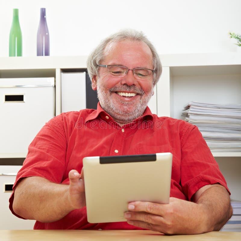 Controllo senior del Tablet PC immagini stock