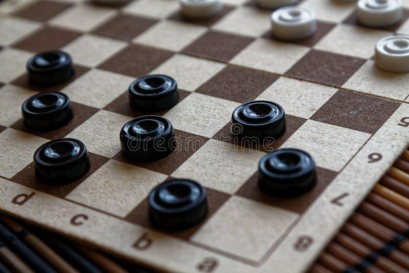 Controllori in scacchiera pronta per giocare Concetto del gioco Gioco da tavolo hobby controllori sul campo da gioco per un gioco fotografia stock