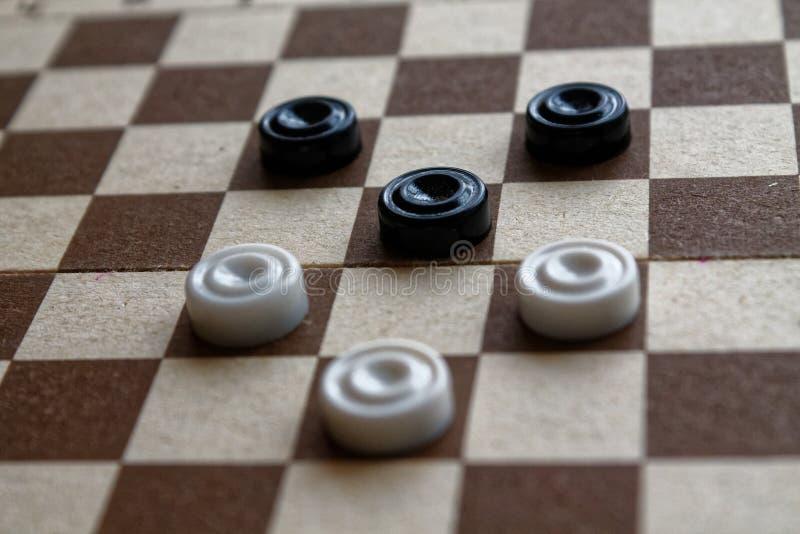Controllori in scacchiera reday per giocare Concetto del gioco Gioco da tavolo hobby controllori sul campo da gioco per un gioco immagini stock libere da diritti
