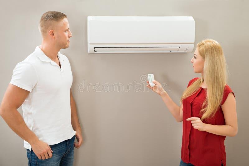 Controlo a distância de funcionamento de um condicionador de ar foto de stock