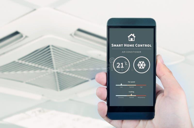 Controlo a distância do condicionador de ar com sistema home esperto fotos de stock royalty free