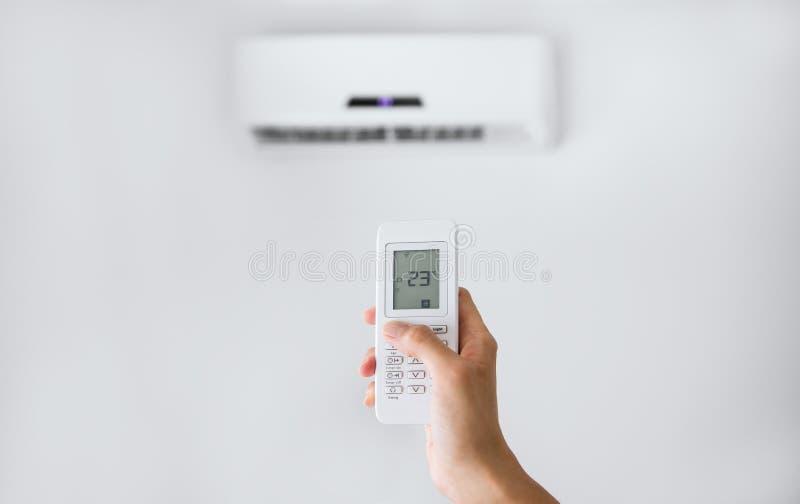 Controlo a distância para o condicionador de ar em uma parede branca imagem de stock royalty free