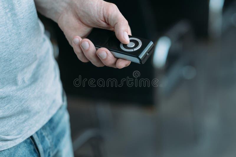 Controlo a distância sem fio do homem do equipamento dos multimédios fotos de stock royalty free