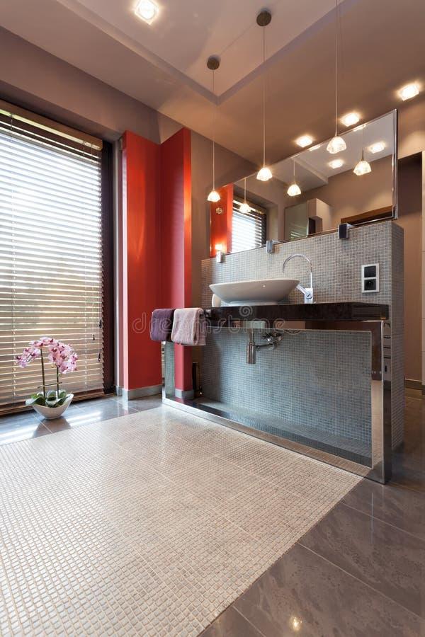Controsoffitto e specchio in bagno fotografia stock - Controsoffitto bagno ...